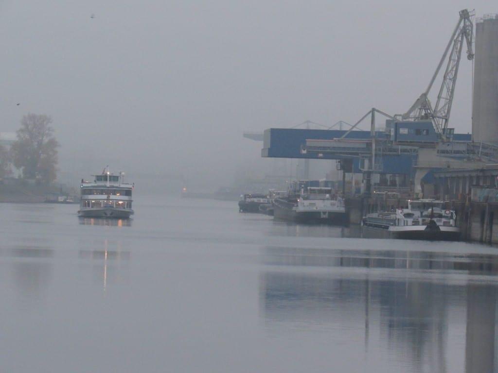 Rheinhafen im Nebel
